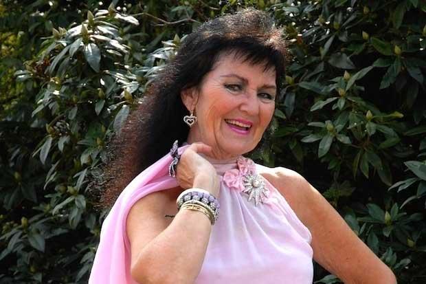 Ну неправдоподобно ))Пэм Шоу - семидесятилетняя певица кабаре из 70-лет