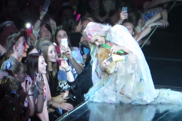 Katy Perry is given a Kiwi backpack from a fan and loves it