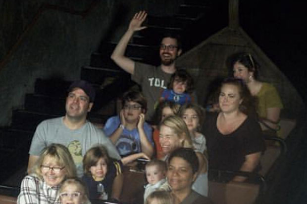 Dad's hilarious photo compares his experience at a theme park to his daughters