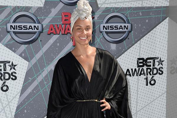 Alicia Keys goes make up free at awards show