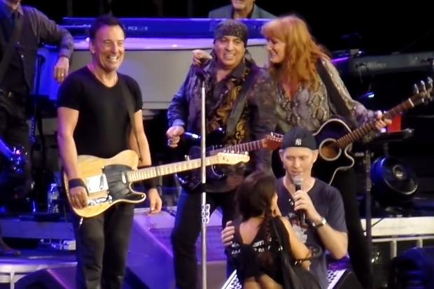 Bruce Springsteen stops concert for proposal
